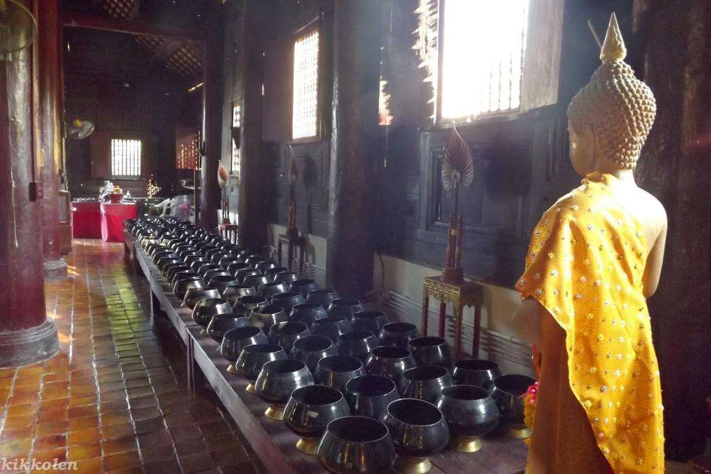 Ciotole per il rito dell'elemosina in un tempio buddista.