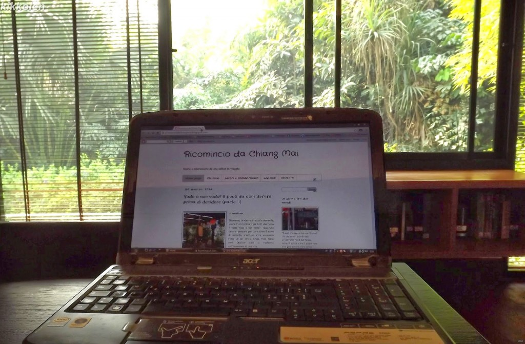 Il mio nuovo ufficio: una piccola libreria francese in mezzo a un giardino tropicale.