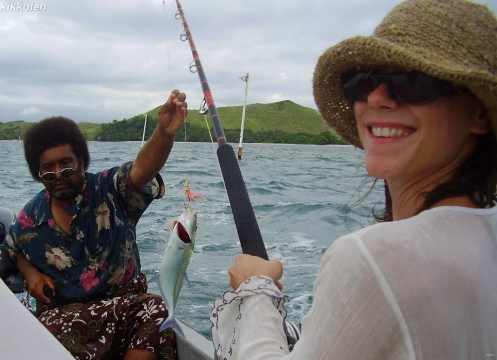 Una Kikkolen di qualche anno fa, felicissima per avere pescato il primo pesce della sua vita.